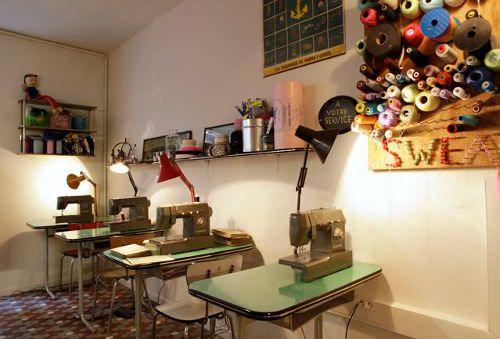 Ателье-кафе в Париже  Как часто можно заметить, новые бизнес-идеи рождаются при объединении нескольких услуг, на выходе давая нечто интересное и коммерчески привлекательное. Одним из последних проявлений бизнес-синергии стал открывшийся в конце марта парижский проект «Sweat Shop», совместивший в себе курсы рукоделия, мастерскую «сделай сам» и кафе. http://altair-ukraine.blogspot.com/2013/11/blog-post_19.html