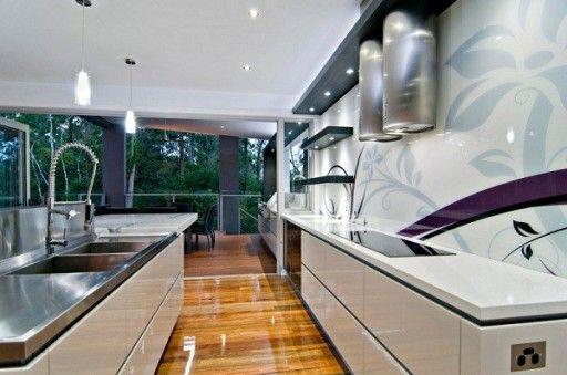 Простые линии, лаконичное содержание и элегантные формы - вот основные характеристики этой кухни