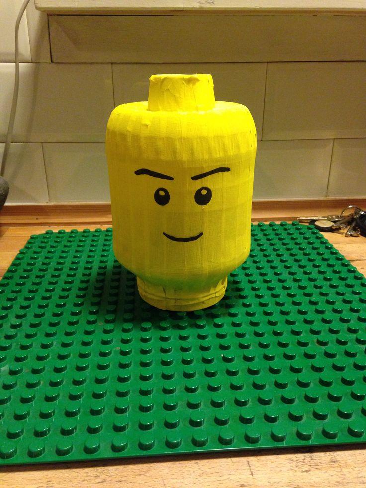 Surprise gemaakt voor een Lego fan! Ik heb een grote pot (augurken) gebruikt. Afplaktape erover heen en daarna geschilderd.