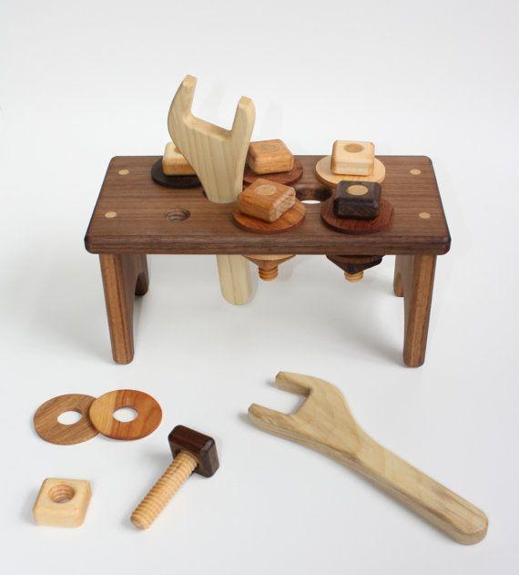 Questo divertente, robusto, di alta qualità il giocattolo è perfetto per aiutare il vostro bambino o bambino di sviluppare le loro capacità motorie e la coordinazione! I vostri bambini avranno e ore e ore di divertimento avvitando e svitando i bulloni e i dadi e utilizzando le loro chiavi. La vite bulloni nel banco di lavoro, o si può avvitare li i dadi a parte il workbench - perfetto per il vostro piccolo generatore! Tutti i pezzi sono realizzati a mano da legni duri, levigato per…