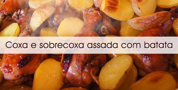 Coxas e sobrecoxas de frango assadas com batatas que ainda rendem uma ótima marmita.