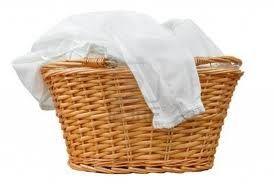 Para branquear as peças de roupa branca sem usar água sanitária ou alvejante a base de oxigênio, colocar de molho em bicarbonato de sódio e água fria antes de lavar. Enxaguar e lavar normalmente com o sabão preferido.