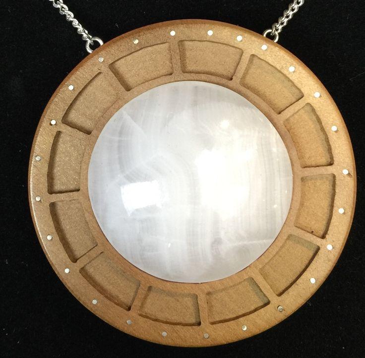 Colgante elaborado en madera de Laurel con incrustaciones en Plata, cuarzo blanco lechoso y cadena de Plata. $ 43.000