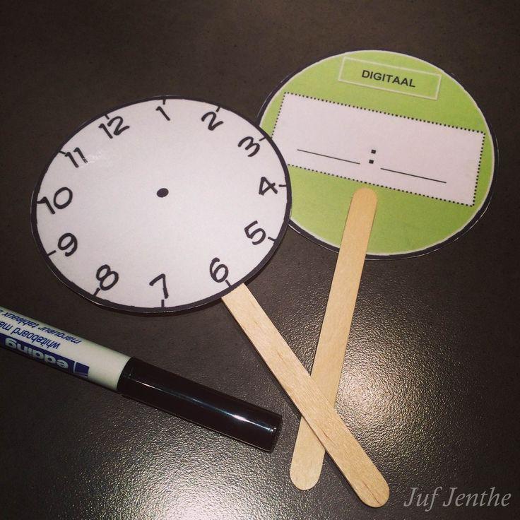 Interactieve manier om leerlingen de analoge (voorkant) en digitale klok (achterkant) te laten inoefenen. Gebruik een whiteboard marker en de bordjes kunnen jarenlang dienst doen. Gemaakt en aangepast naar een idee op pinterest.