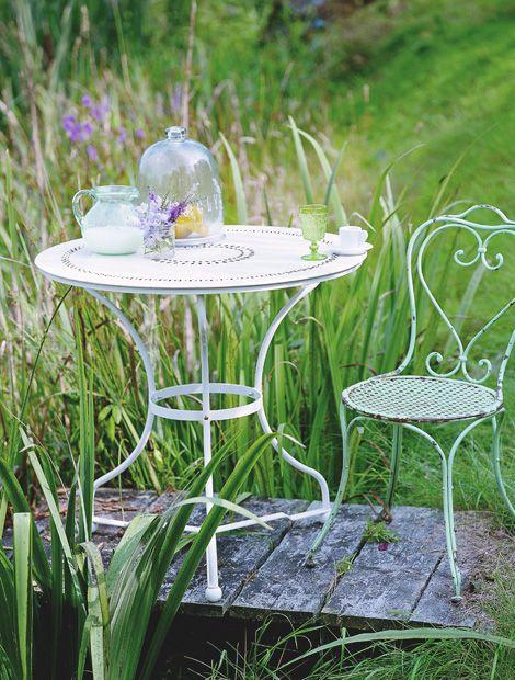 Perfect Urlaubsflair Der schmiedeeiserne Gartentisch mit adrettem Lochmuster von Octopus erinnert an die Bistros in S dfrankreich