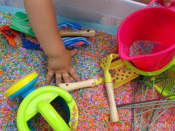 Teñir arroz de colores. Manualidad infantil para estimular los sentidos
