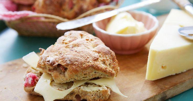 Nybakade, kalasgoda frallor med dinkel, grovt rågmjöl och rabarber. Njut dem med smör och ost till frukost eller mellanmål.