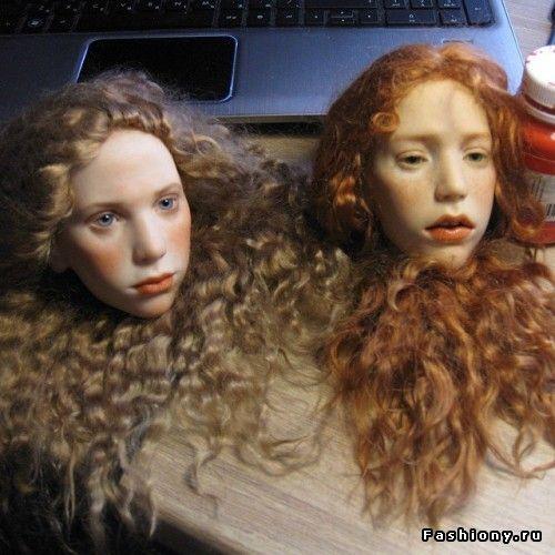 Шарнирные куклы — это куклы, сделанные из полиуретана с использованием шарнирых соединений суставов (колен, бедер, щиколотки, локтей).Благодаря встроенным в игрушечные суставы шарнирам, куклы могут принимать практически любые человеческие позы.Игрушечные части тела держатся вместе за счет шнуров, которые спрятаны внутри и дают кукле необходимо принять ту или иную позу.