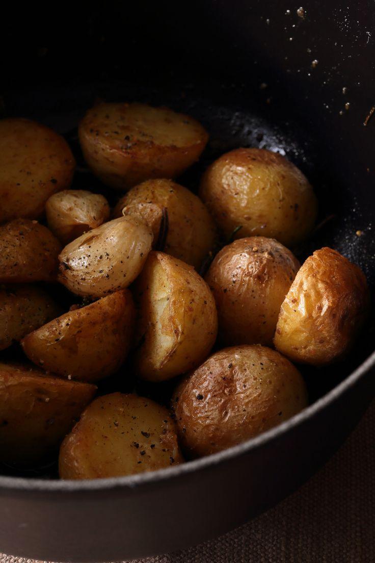 ル・クルーゼの鍋で皮付きのじゃがいもを蒸し焼き ほっくり、しっとりとひと味違う味わいに  <材料 2〜3人分> 新じゃがいも(小サイズ、または小いも) 8〜10個 オリーブオイル 大さじ3