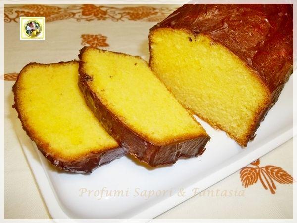Plumcake allo yogurt, con arancia glassato al cioccolato: è un dolce golosissimo: la scorza di arancia profuma l'interno del dolce reso soffice dallo yogurt.