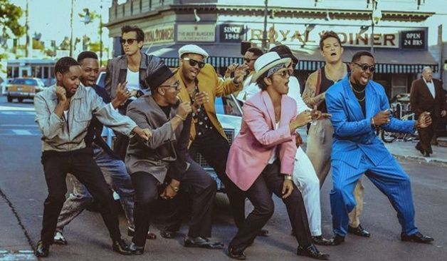Los más recientes videos de Bruno Mars + Mark Ronson, Coldplay, Metronomy y The Kooks