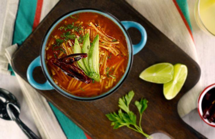 Sopa de fideo con chile guajillo que es un clásico en las casas de las familias mexicanas. Sírvela con aguacate y unas gotitas de limón. ¡Fascinante!