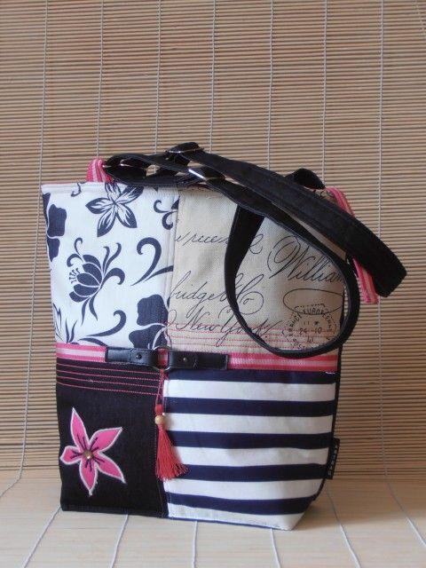 Sportos, csíkos, virágmintás nõi táska pink díszítéssel