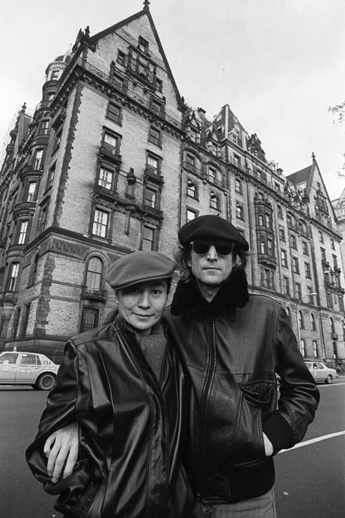 NYC. John Lennon and Yoko Ono in front of the Dakota Appartments, on the northwest corner of 72nd Street and Central Park West in the Upper West Side of Manhattan