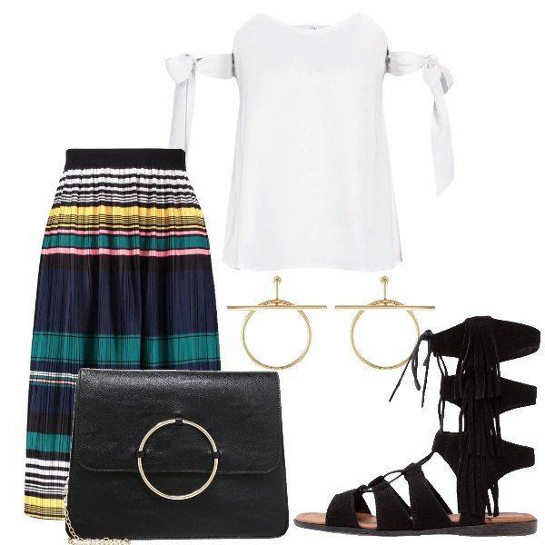 Outfit composto da gonna plissettata multicolore, top bianco con laccetti, borsa con catena e cerchio dorato sul davanti, sandali bassi neri con nappine e orecchini dorati.