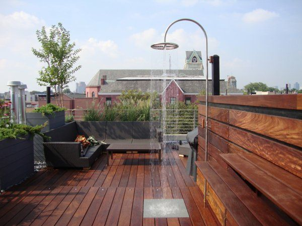 terrasse en bois ou composite, une douche extérieure et une terrasse sur toit