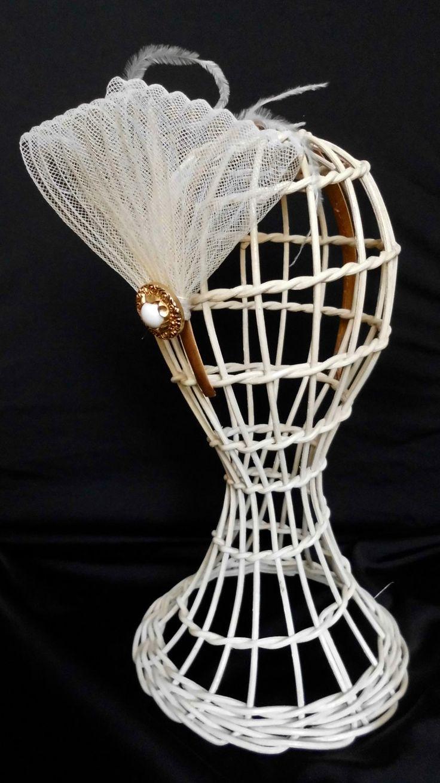 Cerchietto fascinator da sposa avorio con piume -  acconciatura sposa  - Fascinator in crine.  Fatto a mano e pronto per la spedizione di SaraDollFashion su Etsy