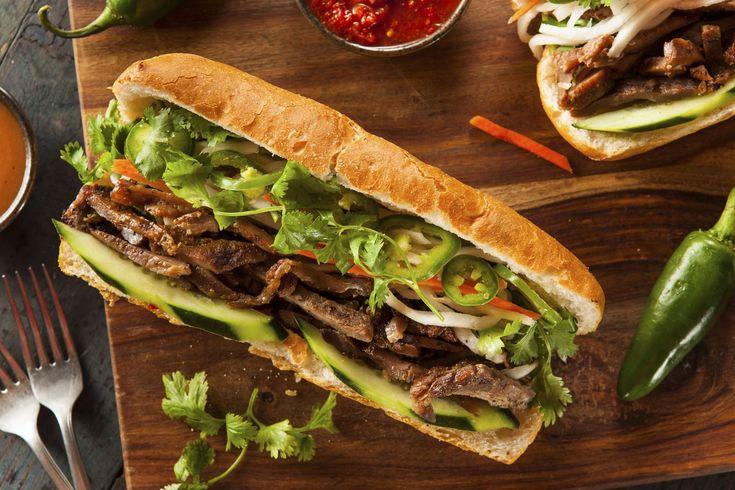 BÁNH MÌ, VIETNÃ Produto do colonialismo francês na Ásia, combina ingredientes franceses e vietnamitas como pão tipo baguette, patê, maionese, coentro, molho de peixe e picles de cenoura.