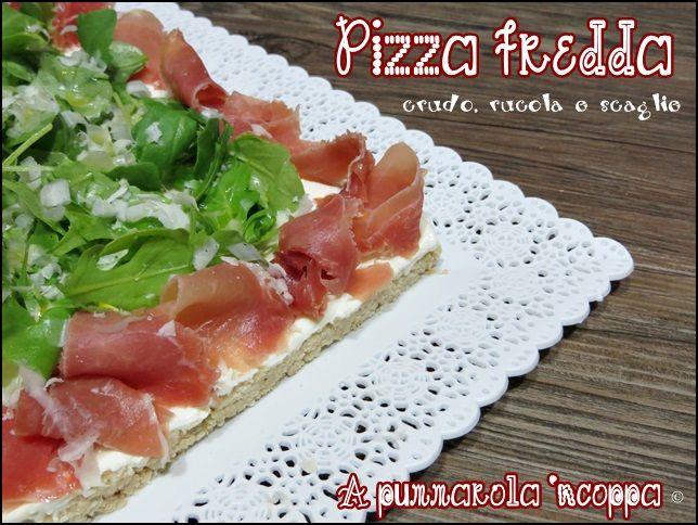 Pizza fredda crudo rucola e scaglie servita su Vassoi Trinato #Poloplast
