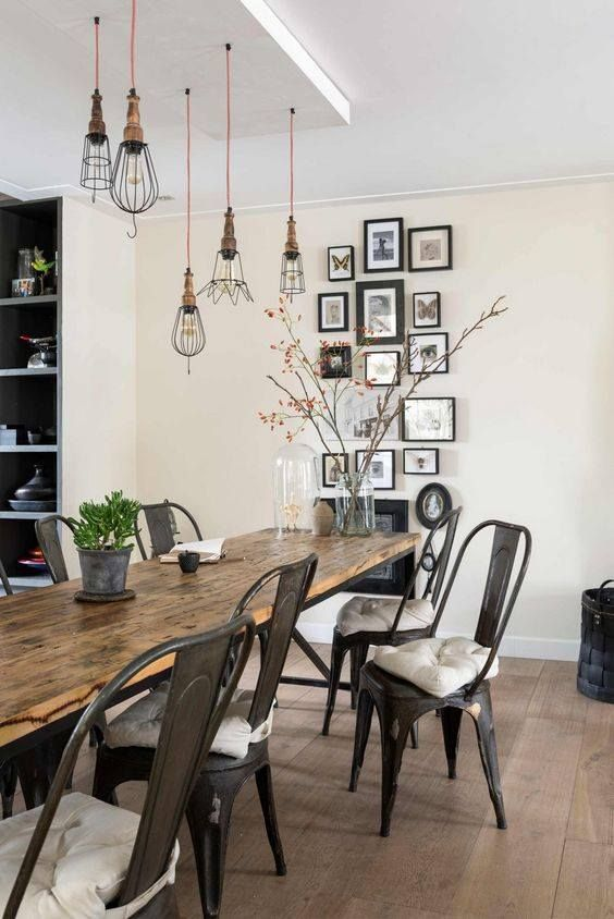 Salle à manger nature avec une déco industrielle récup chaises tolix métal noir table rustique