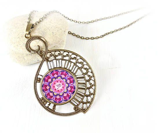 Gioiello mandala rosa e viola; collana zen per regalo compleanno, migliore amica; ciondolo con mandala per risveglio spirituale. By DreamingMandalas #italiasmartteam #etsy