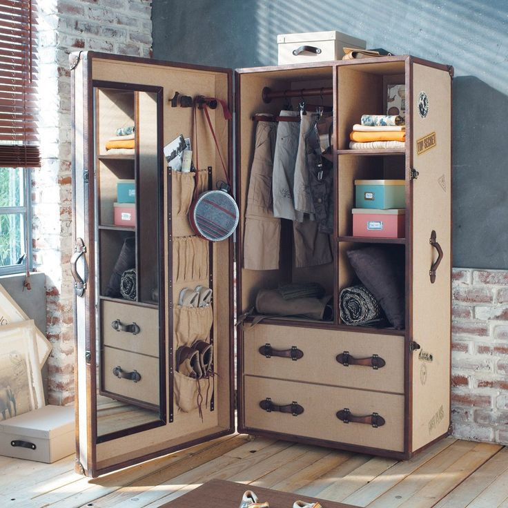 Old-style children's single wardrobe Phileas Fogg: Modeled on old-style cabin trunks and is made of wood and jute.