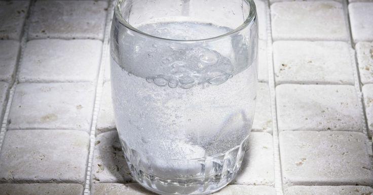 ¿El agua carbonatada es mala para la salud?. Puede que tengas miedo de beber agua con gas porque has oído que es malo para la salud. Se dice que el agua carbonatada irrita el estómago, erosiona el esmalte de los dientes y causa la osteoporosis. Pero el agua con gas no es muy diferente del agua normal. Es libre de calorías, sin azúcar y sin grasa. La única diferencia es el dióxido de carbono ...