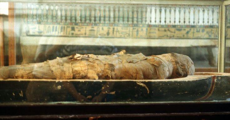 Como fazer um sarcófago. Um sarcófago, ou caixão, é um acessório assustador para decorações de Dia das Bruxas ou para uma lição educacional sobre múmias e crenças egípcias sobre a vida após a morte. Os sarcófagos são onde os corpos mumificados ficam, todos enrolados. No Egito antigo, esse objeto englobava uma caixa grande. Com propósito de um projeto de artesanato, é ...