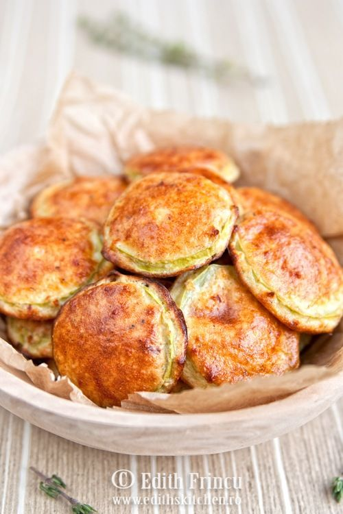 KABAKLI PANCAKE DUKAN 1 orta boy kabak 1 yumurta (veya 6-7 bıldırcın yumurtası) 2 Tbs yulaf kepeği 2 Tbs soğan Yetecek% 0.2 2-3 lg tuz, karabiber, kırmızı biber Yaklaşık 30 dakika boyunca 180C ısıtılmış fırında pişirin.