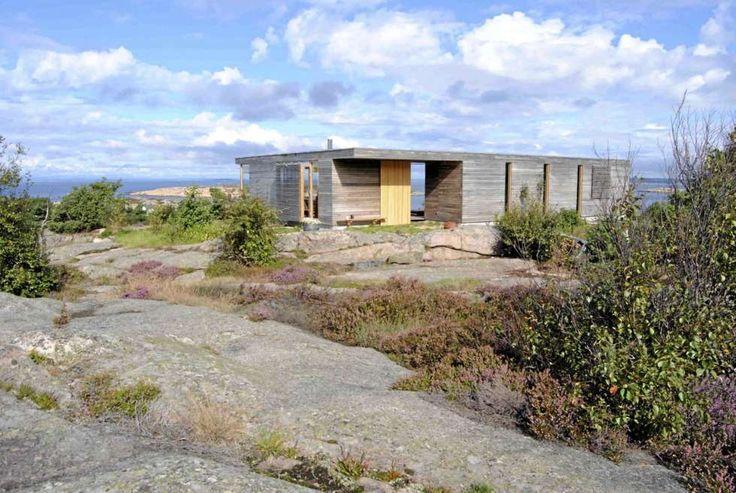 DISKRE SAMTIDSARKITEKTUR: Inne fra land virker hytta nesten som en diger kampestein.