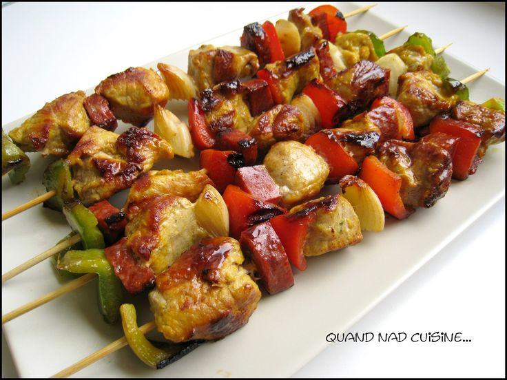 L'été semble bel et bien s'installer... et nos envies de barbecue et de grillades également! Voici une recette qui devrait faire l'unanimité auprès de vos invités: la viande de porc marinée est parfumée et fondante, et le chorizo relève délicieusement...