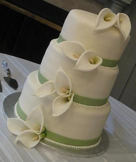 Beautiful Calla Lilly Wedding Cake - definitely need to remember this one- Sarah's fav flower