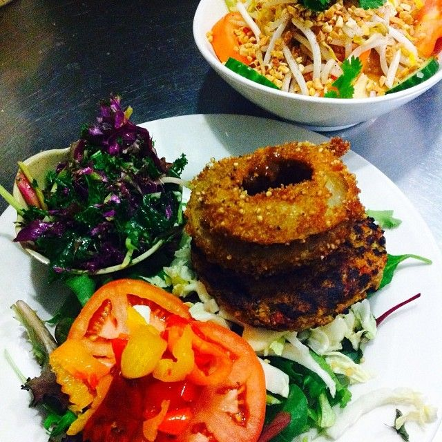 Try the BBQ burger (here on lettuce) or the Buddha Bowl on Soba noodles!