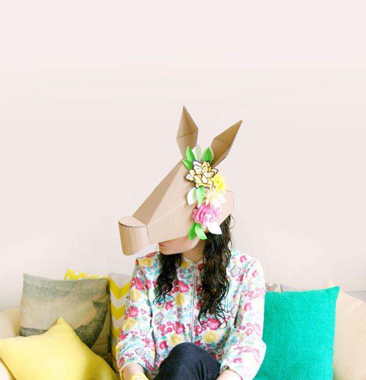 Un masque d'âne (ou cheval) en carton facile à réaliser grâce au printable et à la vidéo. Un DIY à décorer selon vos souhaits : peinture, fleurs en papier