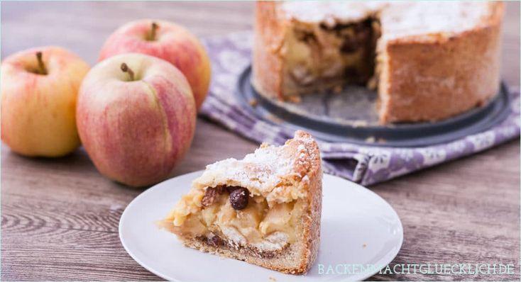 Gedeckter Apfelkuchen ist ein echter Klassiker. Diese Variante überzeugt besonders durch die Füllung aus Vanillepudding, Löffelbiskuits und Rosinen