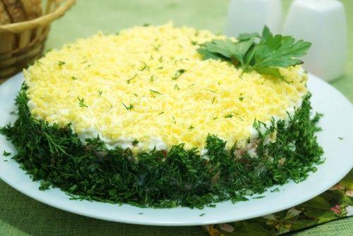 Классический салат Мимоза: Ингредиенты: Консервированная салака — 200 г Картофель — 3 шт Яйца — 3-4 шт Морковь — 2 шт Луковица — 1 шт Майонез — 3-4 ст. л. Укроп (зелень) — 1 пучок Соль — по вкусу