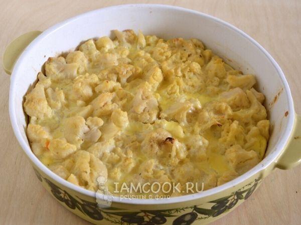 Цветная капуста (свежая или замороженная) - 900 г  Яйца куриные крупные - 3 шт.  Сметана 15-20% - 150 г  Масло сливочное - 10 г  Сыр твердый - 80 г  Соль, перец - по вкусу