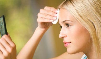 huile de ricin ou castor oil : soin soir avant d'aller dormir : appliquer qq gouttes sur un coton et passer sur le rides - bon aussi pour les ongles et les cheveux- et c'est moins cher que les produits de beauté