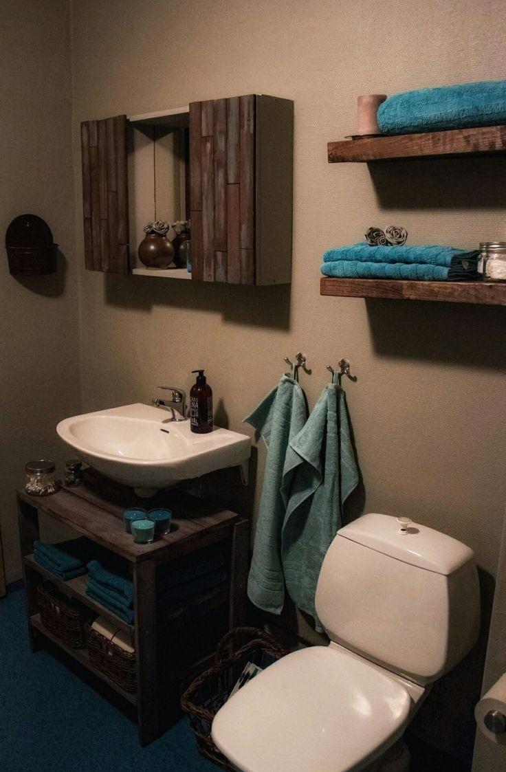 Renoverat toaletten i rustik stil. Bets, färg och fantasi. Hyllplan med dolda konsoler, byggt att tvättställsskåp, badrumsskåp. Inredningsdetaljer som glasburkar, ljus, rosor. #badrum #rustic #toalett #skåp #diy