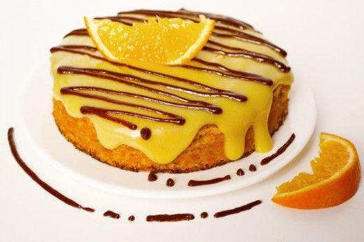 Морковный бисквит с апельсиновым кремом. С обычной варёной морковкой, апельсиновой цедрой и куркумой можно испечь яркий и влажный морковный бисквит с восхитительным вкусом и ароматом. К такому бисквиту подойдёт апельсиновый курд – заварной крем с апельсиновым соком. Насыщенный апельсиновый вкус, который придает этому небольшому торту цедра и сок, хорошо сочетается со сладкой морковкой по цвету и по вкусу.