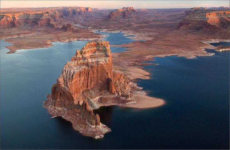Искусственное озеро Пауэлл Побробнее: http://allnews7day.ru/vse-stat-i/iskusstvennoe-ozero-pauell  Кристально-чистые воды, окруженные песчаными пляжами и вздымающимися ввысь красно-рыжими стенами каньона, напоминающими инопланетные пейзажи, — все это озеро Пауэлл, искусственно созданный водоем на реке Колорадо.