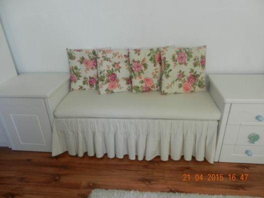 tahta bir sedir minder dikilerek oturma yastığı ve pileli alt etekle bakın nasıl da hoş bir mobilya haline dönüştürülmüş. ilham verici kendin yap mobilya yenileme örnekleri...