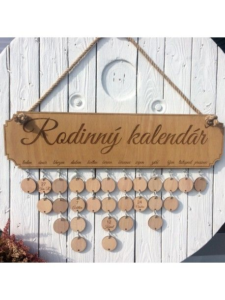 Díky dřevěnému rodinnému kalendáři už nezapomenete na žádné narozeniny ani výročí. Pod každý měsíc si navěsíte dřevěná kolečka se jmény a dny narození osob, které právě v tom měsíci slaví. V balení je standartně 24 dřevěných koleček bez gravírování. Pokud budete mít zájem dají se kolečka námi předem pogravírovat. Rozměr kalendáře bez koleček je 61 x 16 cm.