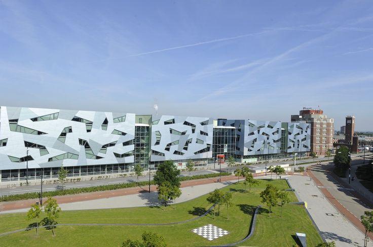 Ruim appartement gelegen op de bovenste verdieping in het luxueuze appartementencomplex Residentie Vondelpoort in de woonwijk Bottendaal. Het centrum van Nijmegen, Centraal Station en het Vondelparkje zijn in de directe nabijheid. Het appartement heeft een balkon, een inpandige berging, een parkeerplaats in de parkeerkelder en een gemeenschappelijk