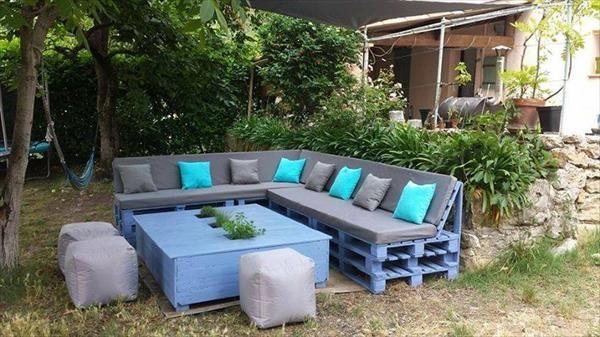 Un salon de jardin en palette, très confortable  http://www.homelisty.com/meuble-en-palette/