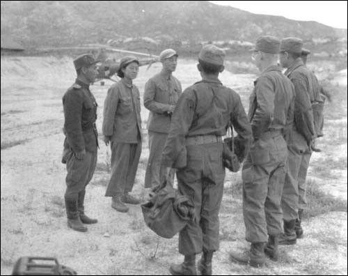 ▲ 1951. 7. 8. 개성, 헬기에서 내린 유엔군 측 정전회담 실무자를 맞이하는 북측 실무자들