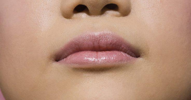 Pequenas saliências brancas nos lábios. Mesmo se forem pequenos e indolores, inchaços visíveis em seus lábios podem causar sensação incômoda, além de fazerem com que você se sintaenvergonhado. Algumas causas comuns de inchaços são apenas um aborrecimento e sequer precisam de tratamento, embora este possa ajudar a se livrar deles mais rápido. Aprender os sintomas de doenças que podem ...