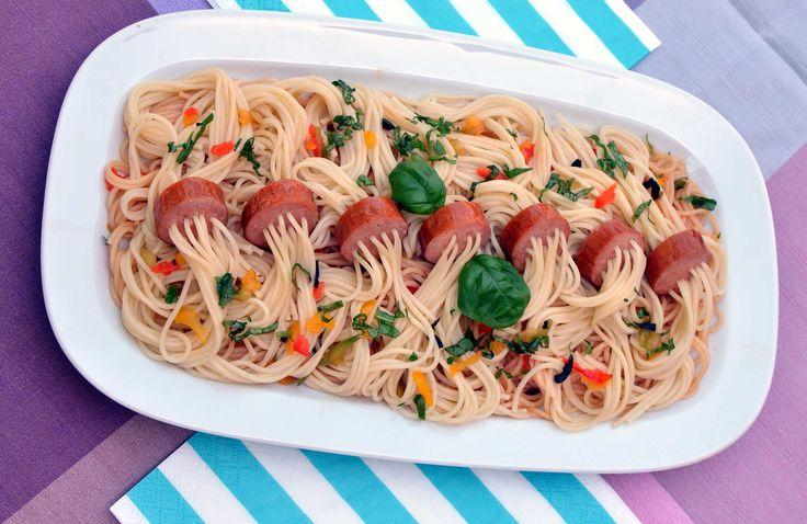 Hrajeme si se špagetami: Pobavte stolovníky chobotnicí či ptačím hnízdem