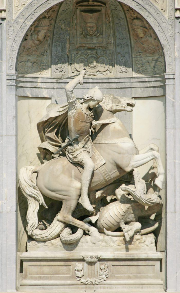 Figura de Sant Jordi a la façana del Palau de la Generalitat de Catalunya.
