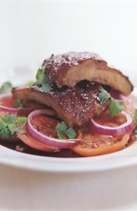 Spareribs med barbecue og marinerede tomatsalat med rødløg